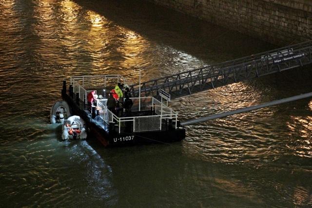 Lật tàu du lịch trên sông Đa-nuýp ở Hungary, 7 người chết, 19 người mất tích - 1