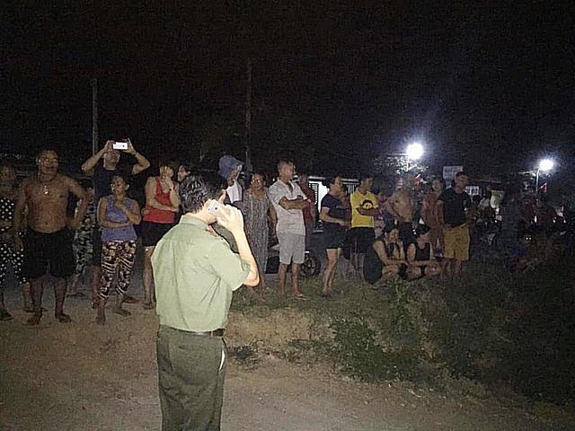 Hàng trăm người đổ ra bờ sông trong đêm phản đối cát tặc - 3