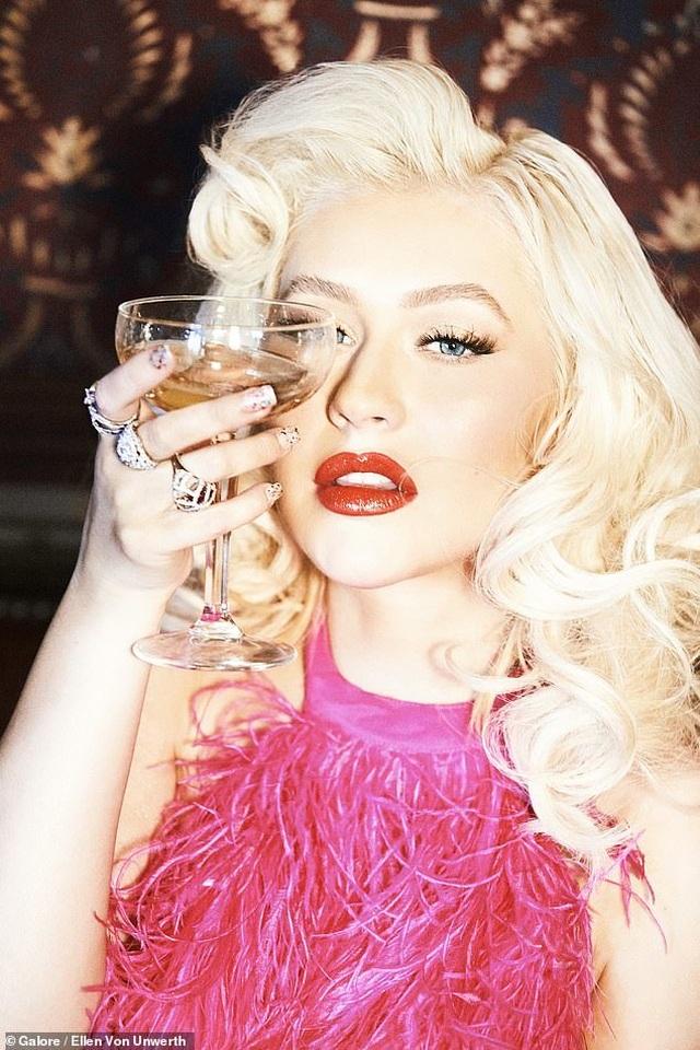 Christina Aguilera trở lại nóng bỏng và gợi cảm  - 1