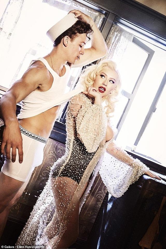 Christina Aguilera trở lại nóng bỏng và gợi cảm  - 2