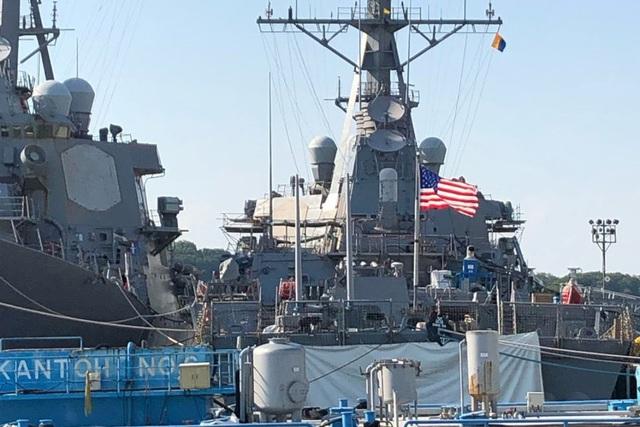 """Nhà Trắng bị nghi ra lệnh đưa tàu John McCain """"ra khỏi tầm mắt"""" của ông Trump  - 1"""