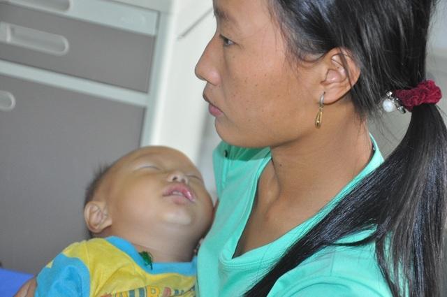 Tiếng khóc xé lòng của cậu bé 13 tháng tuổi nhiều lần bố mẹ muốn xin em về chờ chết! - 12