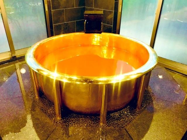 """Tắm trong bồn bằng vàng 18 carat trải nghiệm làm """"đại gia"""" - 1"""