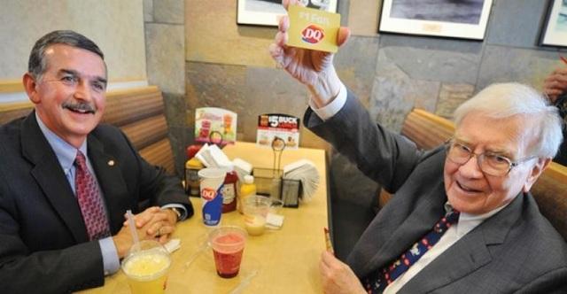 Bữa trưa cùng tỷ phú Warren Buffett đạt giá kỷ lục 3,5 triệu USD - 1
