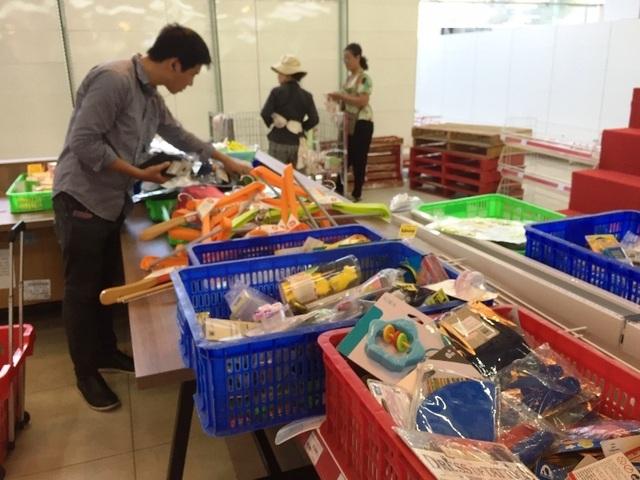 """Người dân tiếp tục khui hàng hóa """"vô tội vạ"""" và trộm cắp khi đến Auchan - 7"""