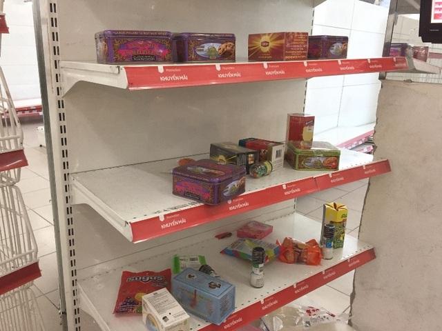"""Người dân tiếp tục khui hàng hóa """"vô tội vạ"""" và trộm cắp khi đến Auchan - 2"""