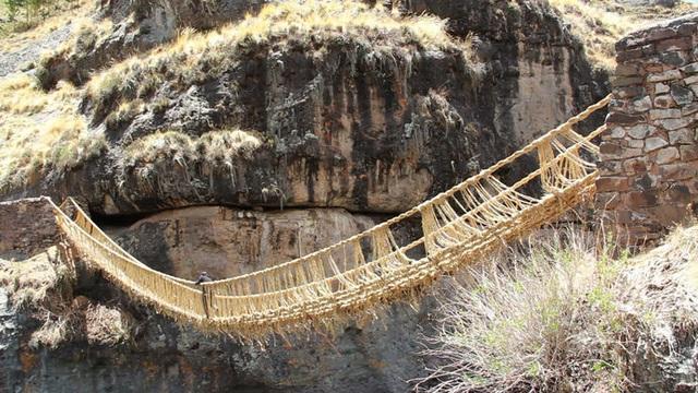 Bạn có đủ can đảm đi trên cầu treo bện bằng cỏ duy nhất thế giới? - 1