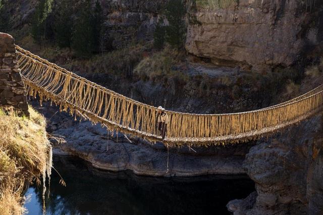 Bạn có đủ can đảm đi trên cầu treo bện bằng cỏ duy nhất thế giới? - 2