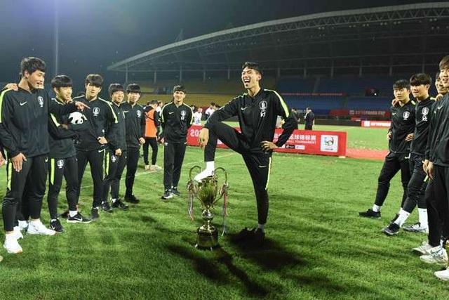 Bị tước chức vô địch vì ăn mừng phản cảm, U18 Hàn Quốc cúi đầu xin lỗi - 1