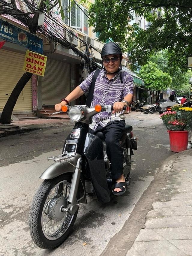 Cát- sê cao ngất ngưởng, Xuân Hinh vẫn đi xe máy, xỏ dép cao su? - 1