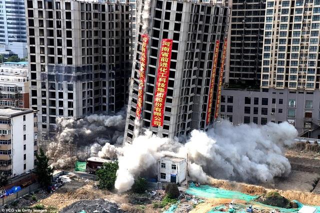 Vi phạm luật xây dựng, tòa nhà 20 tầng ở Trung Quốc bị đánh sập  - 1