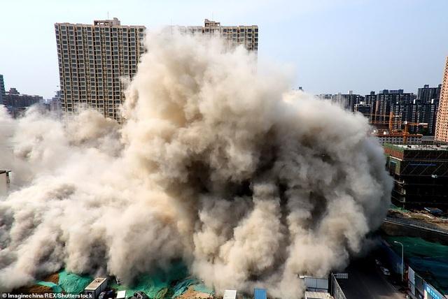 Vi phạm luật xây dựng, tòa nhà 20 tầng ở Trung Quốc bị đánh sập  - 4