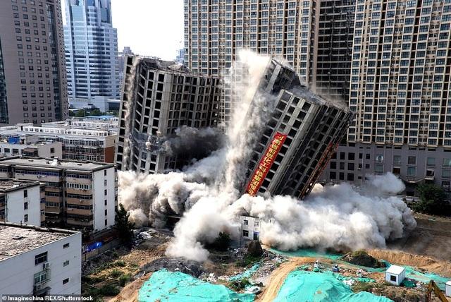 Vi phạm luật xây dựng, tòa nhà 20 tầng ở Trung Quốc bị đánh sập  - 2