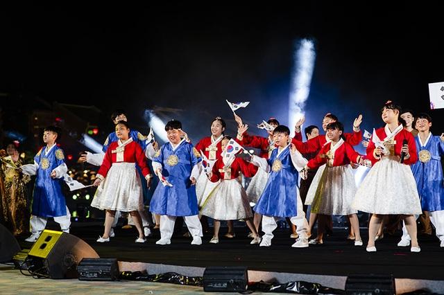Gặp gỡ Đông - Tây trên dòng sông Hội mở màn đêm nghệ thuật tại Vinpearl Land Nam Hội An - 11