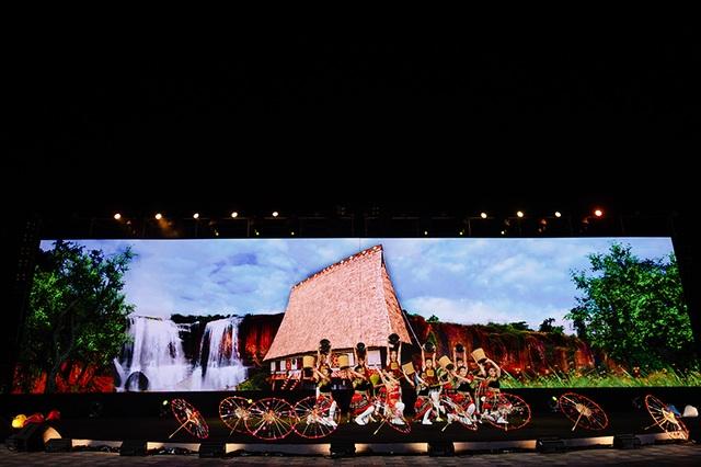 Gặp gỡ Đông - Tây trên dòng sông Hội mở màn đêm nghệ thuật tại Vinpearl Land Nam Hội An - 12