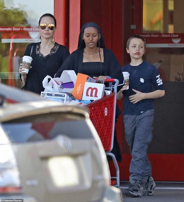Angelina Jolie dành ngày cuối tuần cho các con - 4