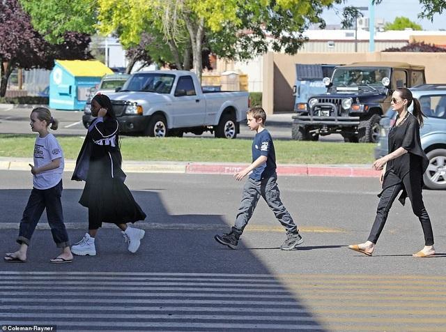 Angelina Jolie dành ngày cuối tuần cho các con - 5