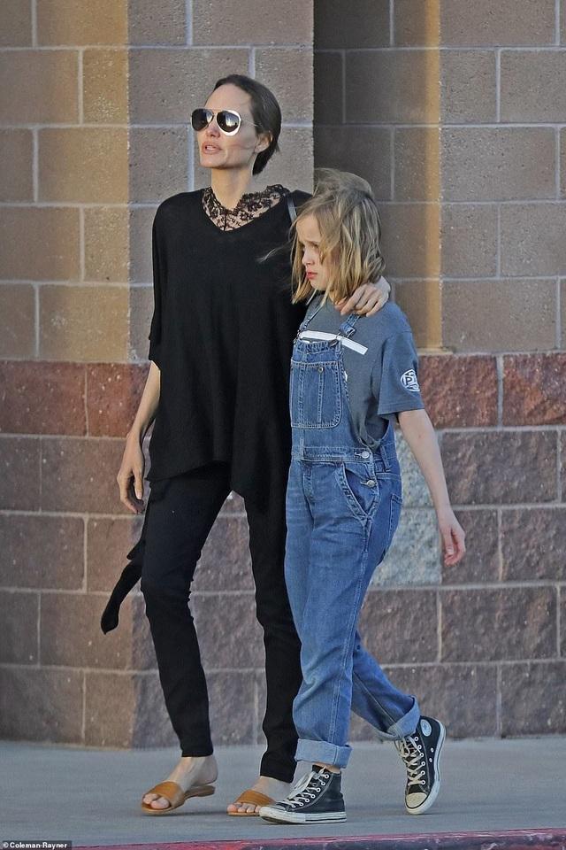 Angelina Jolie dành ngày cuối tuần cho các con - 1