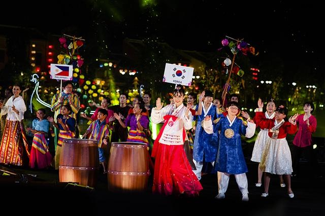 Gặp gỡ Đông - Tây trên dòng sông Hội mở màn đêm nghệ thuật tại Vinpearl Land Nam Hội An - 4