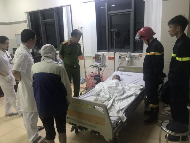 Giải cứu thành công bé trai 3 tuổi ngất lịm trong đám cháy - 2
