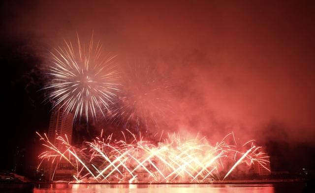 Sông Hàn rực rỡ sắc màu đêm khai hội pháo hoa - 1