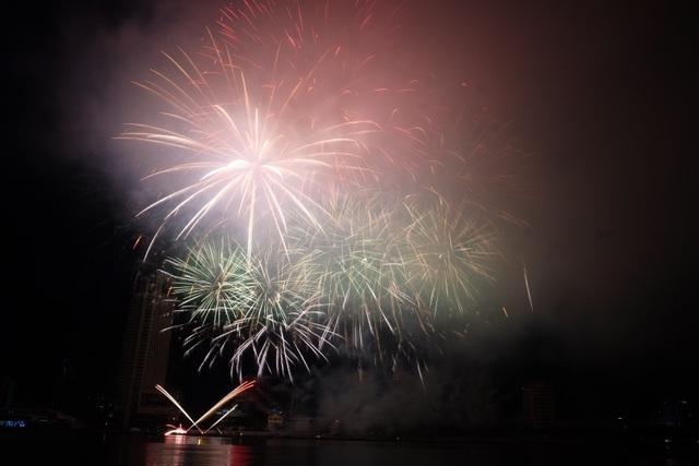 Sông Hàn rực rỡ sắc màu đêm khai hội pháo hoa - 4