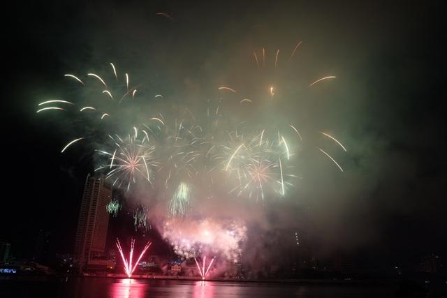 Sông Hàn rực rỡ sắc màu đêm khai hội pháo hoa - 3