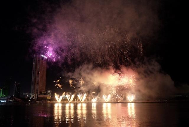 Sông Hàn rực rỡ sắc màu đêm khai hội pháo hoa - 5