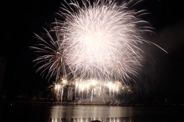 Sông Hàn rực rỡ sắc màu đêm khai hội pháo hoa - 9