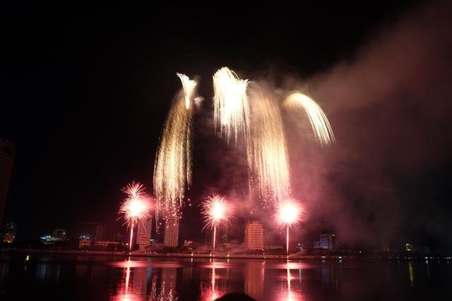 Sông Hàn rực rỡ sắc màu đêm khai hội pháo hoa - 8