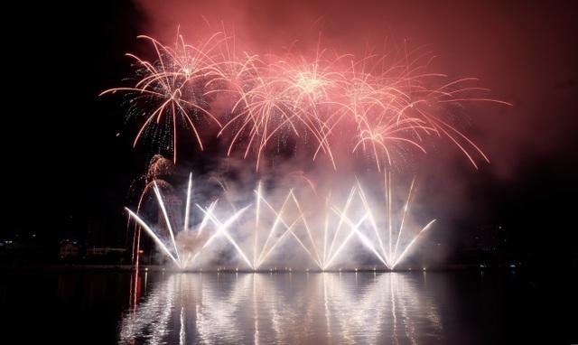 Sông Hàn rực rỡ sắc màu đêm khai hội pháo hoa - 11