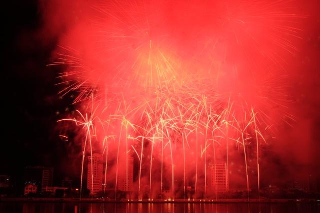 Sông Hàn rực rỡ sắc màu đêm khai hội pháo hoa - 10
