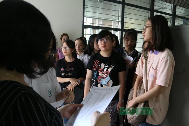Sáng nay, thí sinh Hà Nội làm thủ tục dự thi tuyển sinh lớp 10 - 3
