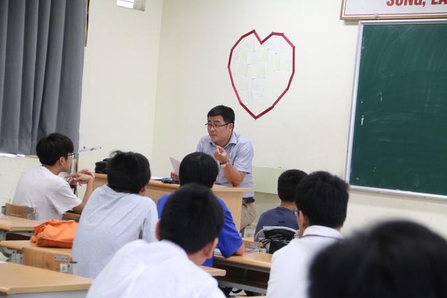 Sáng nay, thí sinh Hà Nội làm thủ tục dự thi tuyển sinh lớp 10 - 7