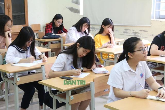 Sáng nay, thí sinh Hà Nội làm thủ tục dự thi tuyển sinh lớp 10 - 8
