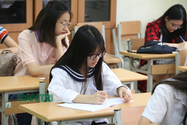 Sáng nay, thí sinh Hà Nội làm thủ tục dự thi tuyển sinh lớp 10 - 5