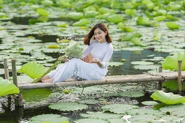 Thiếu nữ quê quan họ Bắc Ninh tinh khôi bên hoa sen - 3