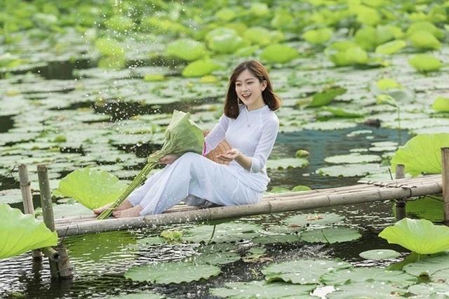 Thiếu nữ quê quan họ Bắc Ninh tinh khôi bên hoa sen - 4
