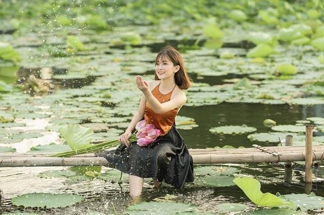 Thiếu nữ quê quan họ Bắc Ninh tinh khôi bên hoa sen - 9