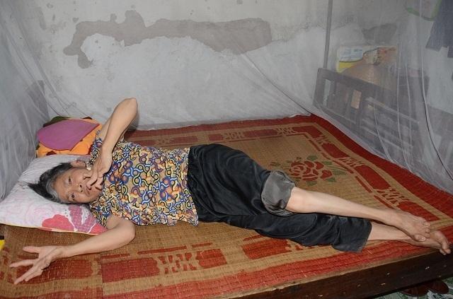 Xót lòng cảnh mẹ già đau yếu lê lết chăm con tàn tật nằm liệt giường. - 1