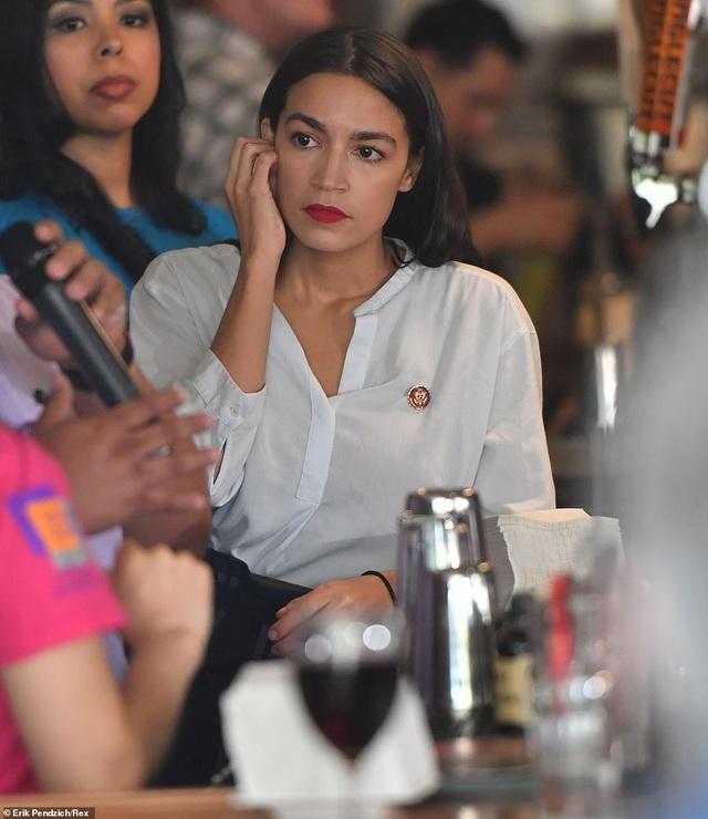 Nữ nghị sĩ trẻ nhất lịch sử Mỹ bất ngờ quay trở lại làm bồi bàn, pha chế - 4