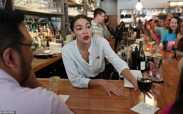 Nữ nghị sĩ trẻ nhất lịch sử Mỹ bất ngờ quay trở lại làm bồi bàn, pha chế - 2