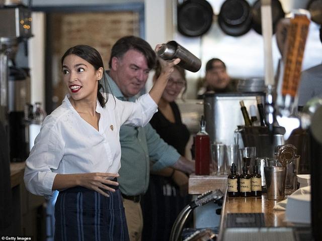 Nữ nghị sĩ trẻ nhất lịch sử Mỹ bất ngờ quay trở lại làm bồi bàn, pha chế - 1