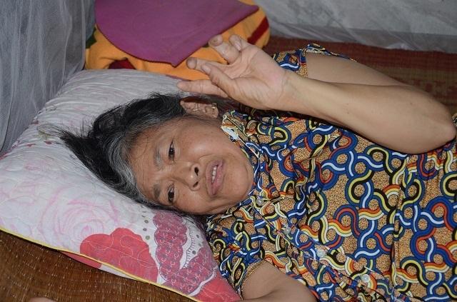 Xót lòng cảnh mẹ già đau yếu lê lết chăm con tàn tật nằm liệt giường. - 3