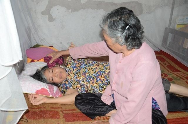 Xót lòng cảnh mẹ già đau yếu lê lết chăm con tàn tật nằm liệt giường. - 4