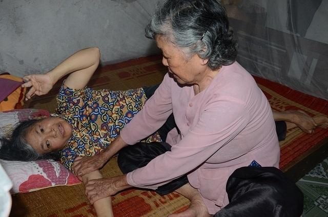 Xót lòng cảnh mẹ già đau yếu lê lết chăm con tàn tật nằm liệt giường. - 5