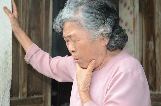 Xót lòng cảnh mẹ già đau yếu lê lết chăm con tàn tật nằm liệt giường. - 6