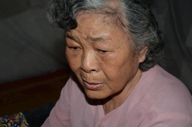 Xót lòng cảnh mẹ già đau yếu lê lết chăm con tàn tật nằm liệt giường. - 9