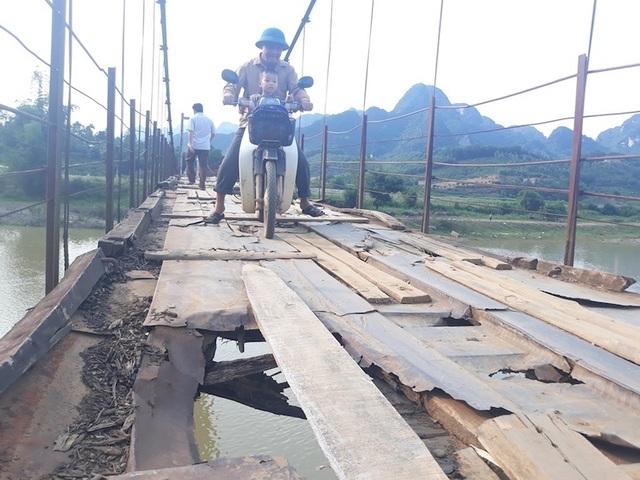 Thêm cây cầu xuống cấp khiến nhiều người rơi xuống sông sâu tại Hoà Bình - 1