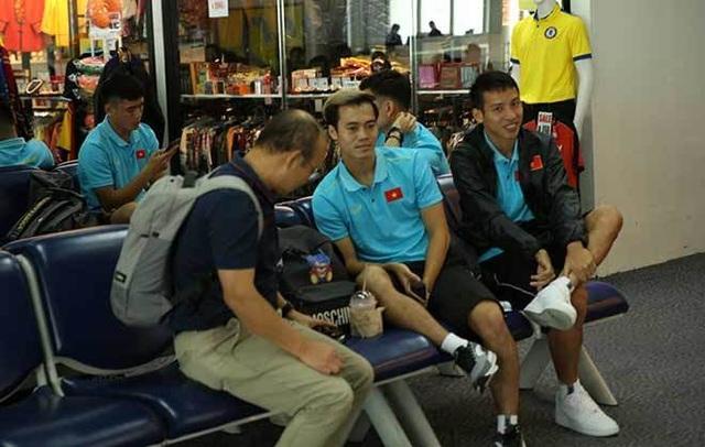 Đội tuyển Việt Nam mệt mỏi tới Buriram sau hành trình hơn 20 tiếng - 1